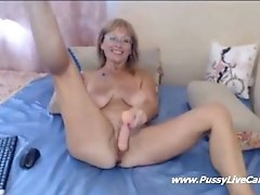 Busty mature stretches her pussy for guys on webcamchat