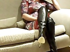 Amateur mature in boots offers hersel a treat