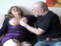 Hot Milf laesst sich von dicken Schwanz ficken